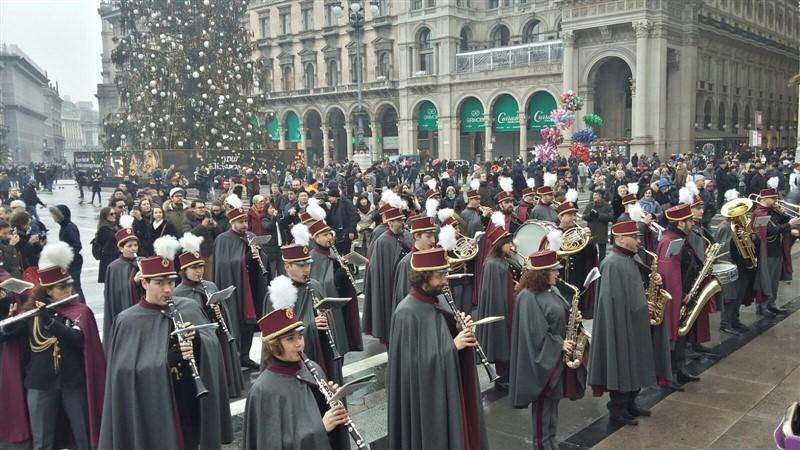 L'augurio a tutti i milanesi in piazza Duomo